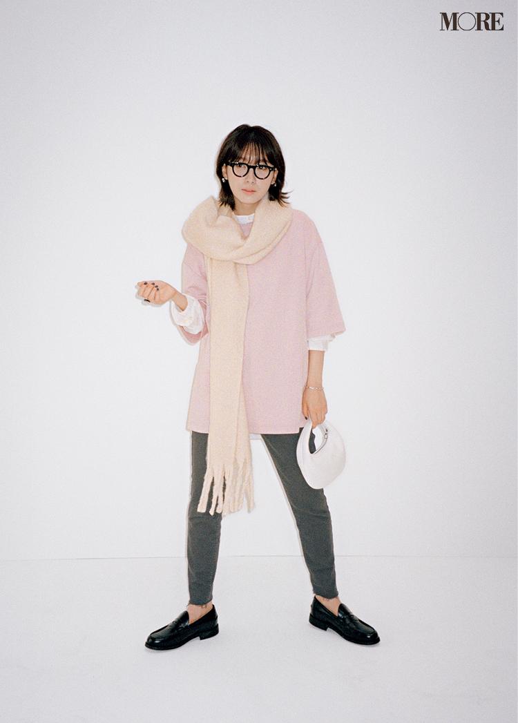 ピンクのTシャツ×グレーデニムコーデで黒縁メガネをかけた飯豊まりえ