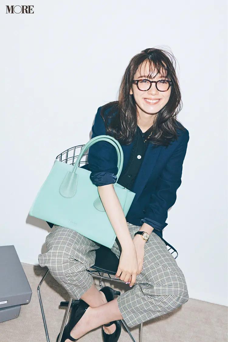 【春夏おしゃれなメガネコーデ】1. ジャケット&パンツには、トラッド感のあるメガネを