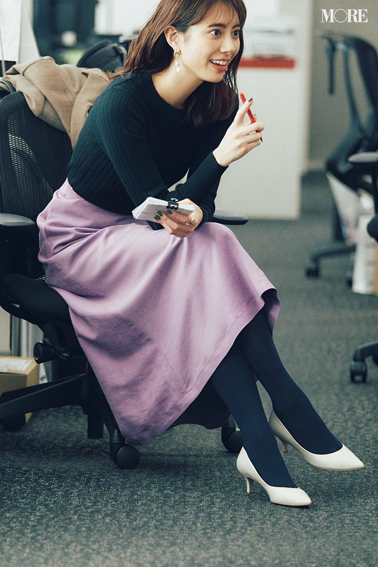タイツコーデでプチプラのニットにきれい色スカートを履いた土屋巴瑞季