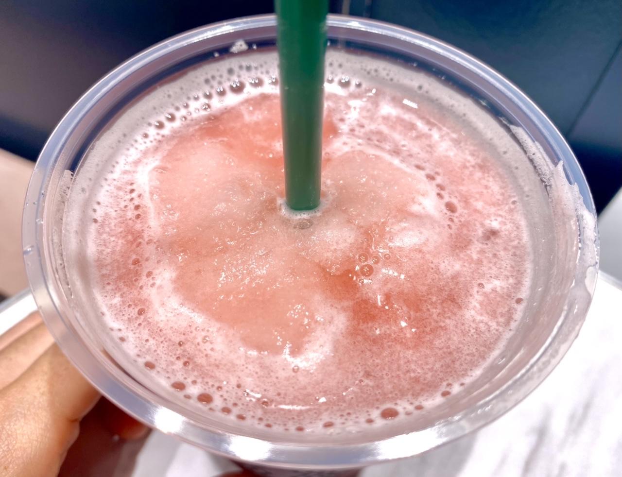 【スタバ 新作】「ピンク フローズン レモネード & パッション ティー」の表面
