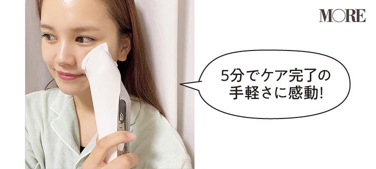 MTGリファビューテックレイズを頬に当てるsakuraさん「5分でケア完了の手軽さに感動」