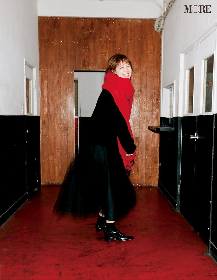 本田翼が着こなす冬のフレンチシックな着こなしは赤いストール