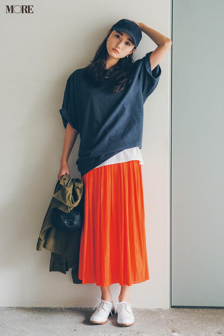 【今日のコーデ】オレンジのプリーツスカートにビッグTを合わせた鈴木友菜
