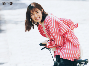 【今日のコーデ】<佐藤栞里>マンネリ打破にきく!赤いストライプシャツが可愛い