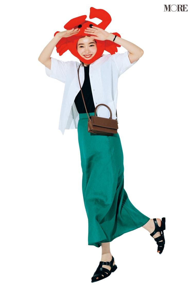 カットソー×グリーンのスカートコーデに、白開衿シャツをはおった飯豊まりえ