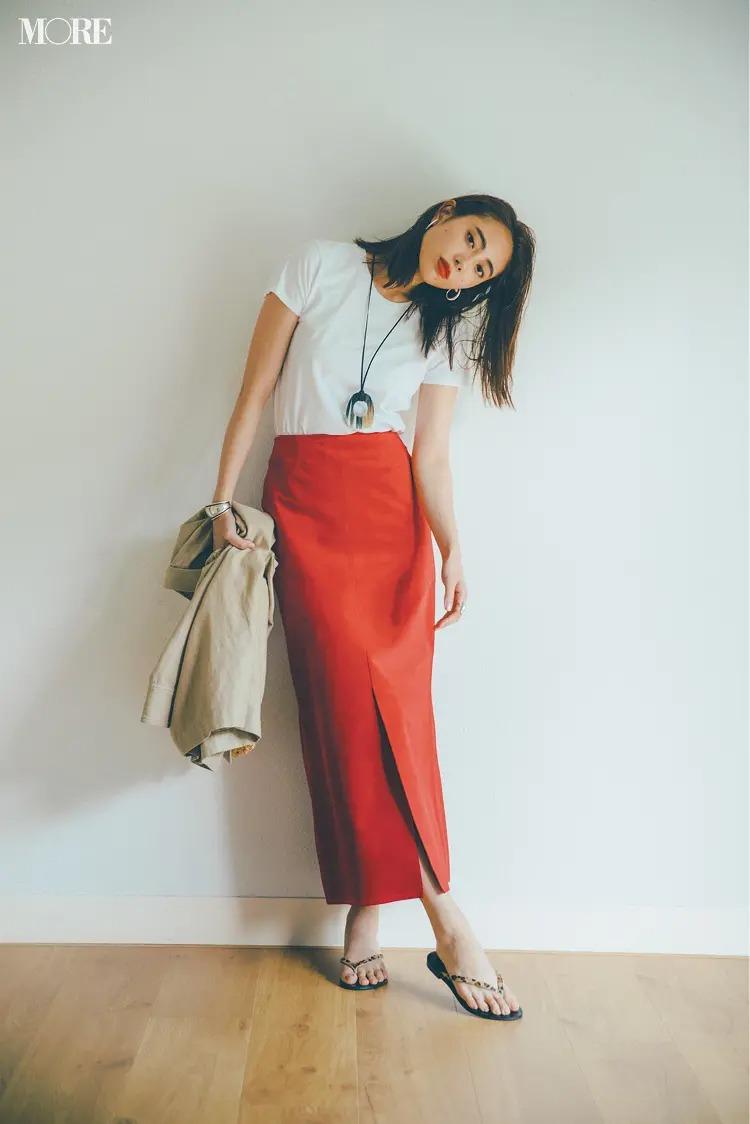 【白Tシャツコーデ】スリット入りのタイトスカートで潔く。こっくり深めの赤ならよりコケティッシュに