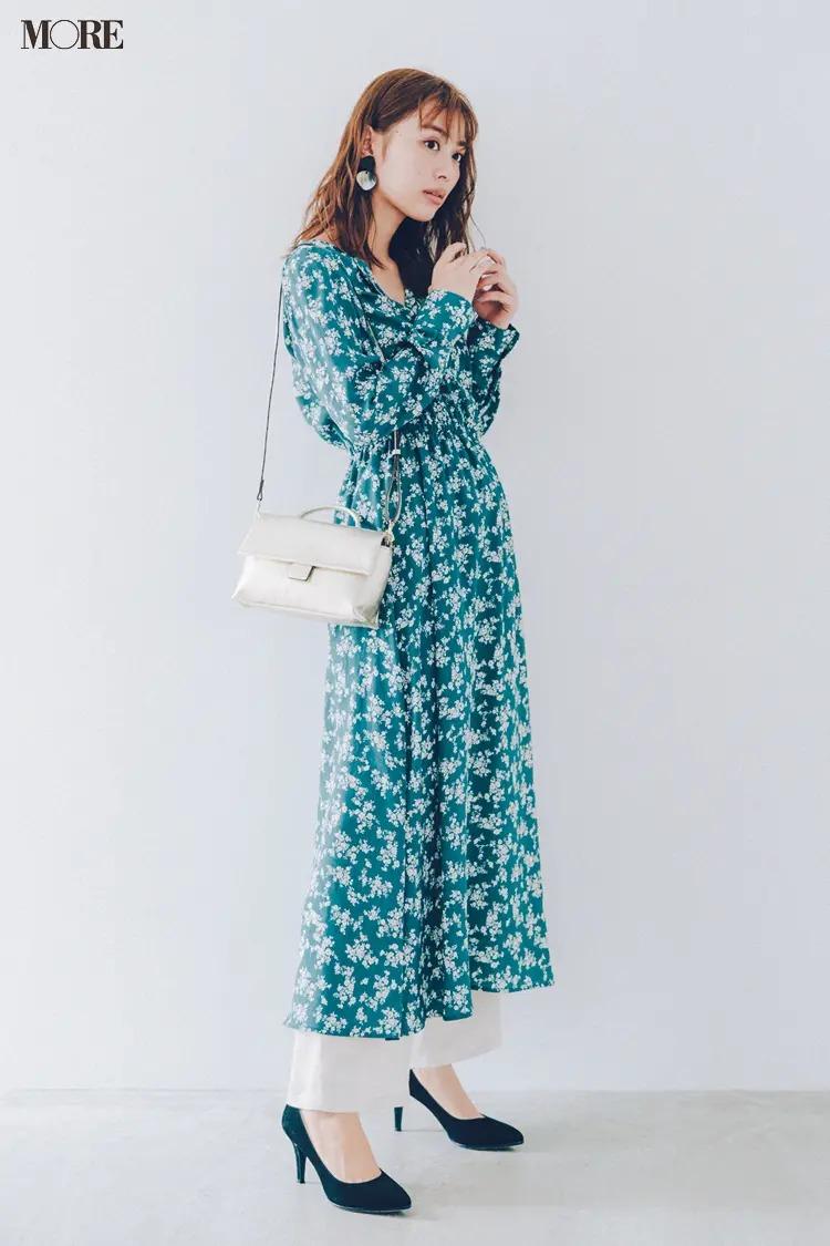 【夏の白パンツコーデ】花柄ワンピースに白いパンツ+美人なパンプスで爽やかさも女っぽさも