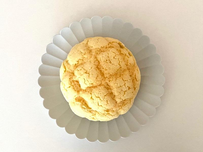 『セブン‐イレブン』の「冷たく食べるメロンパン」をお皿にのせた状態