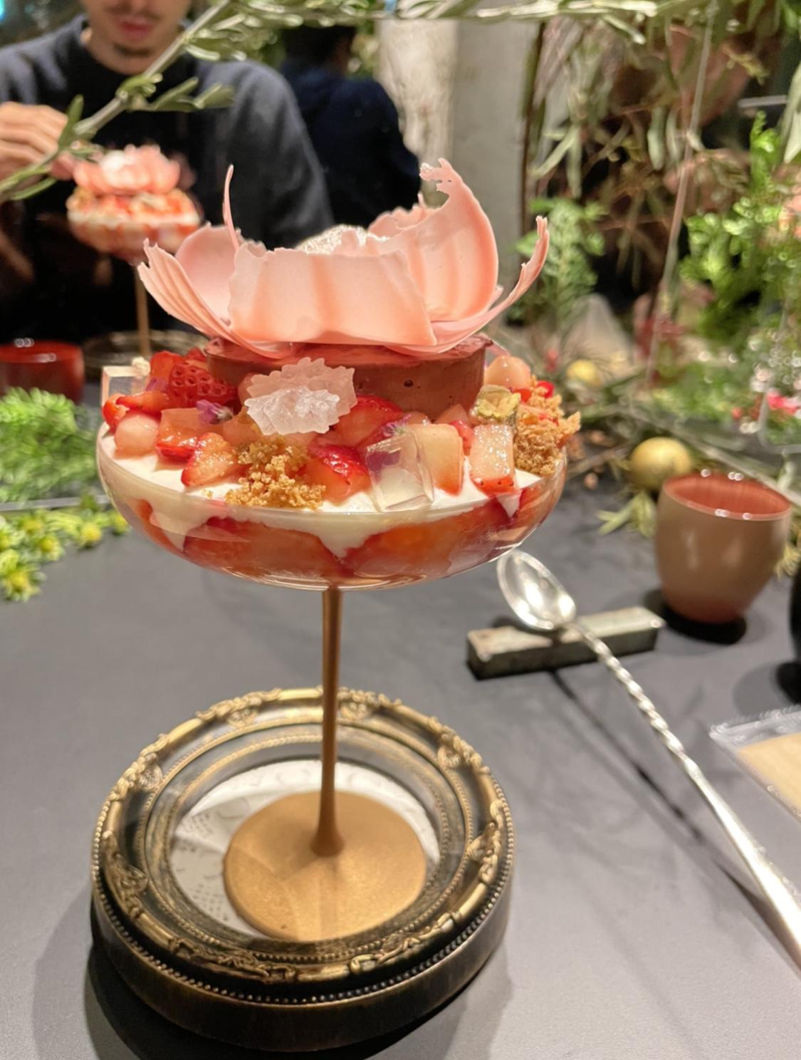 【パフェ】チョコレートといちごの芸術的なマリアージュ!限定コラボパフェ@虎ノ門_3