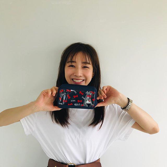 田中みな実さん、MORE9月号付録のポーチを手に癒しのスマイルショット♡【撮影オフショット】_2