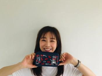 田中みな実さん、MORE9月号付録のポーチを手に癒しのスマイルショット♡【撮影オフショット】