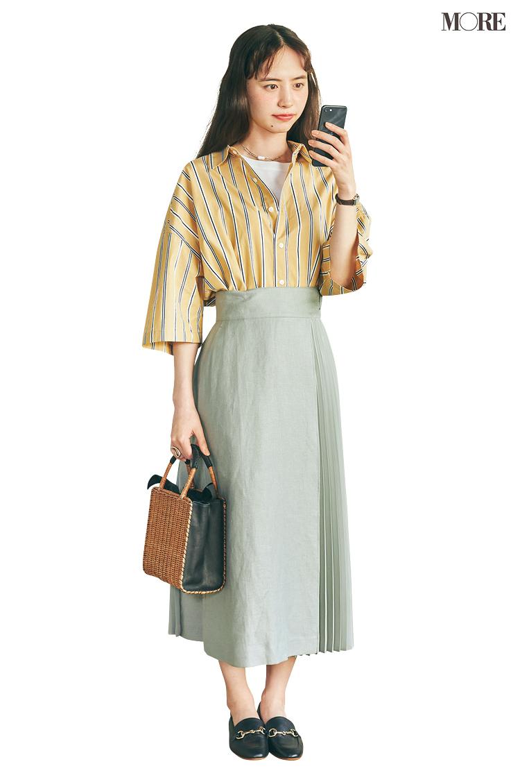 イエローのストライプシャツ×ミントグリーンのスカートコーデの井桁弘恵
