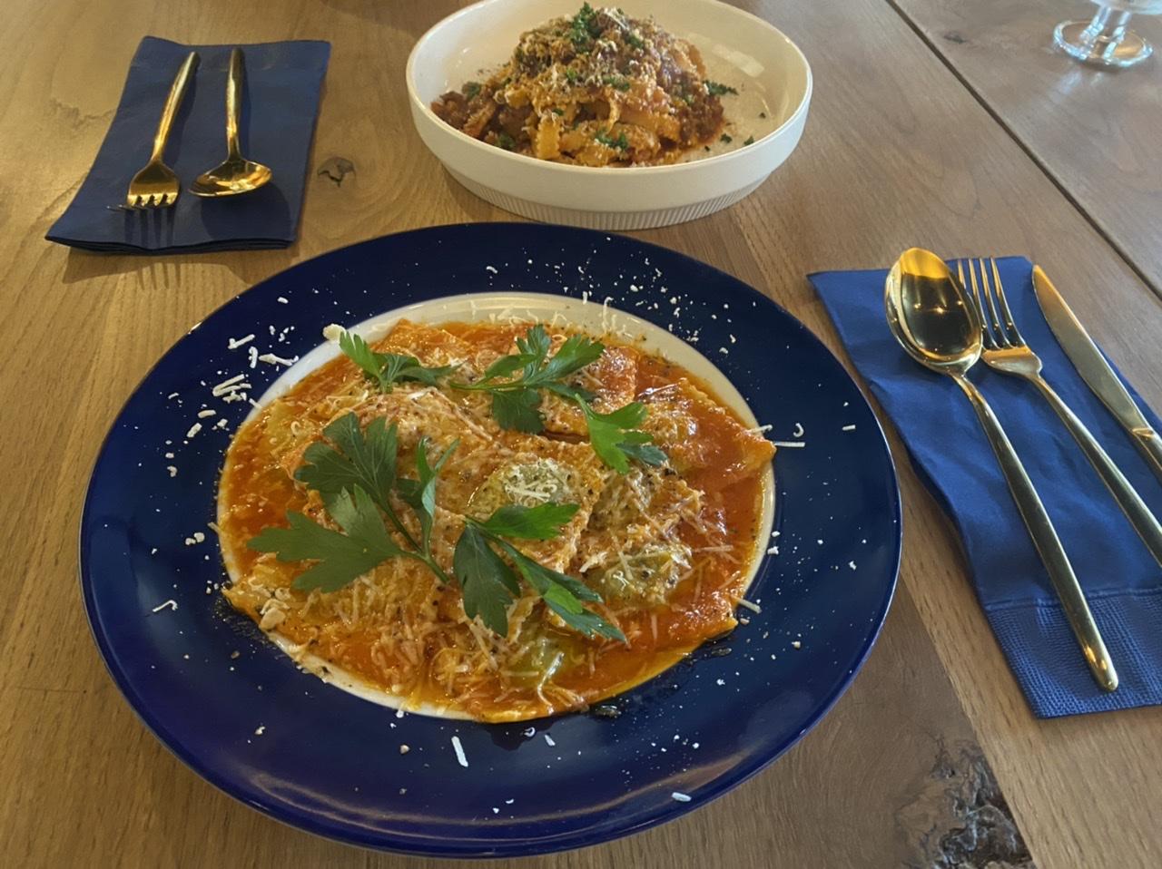 奈良県産ほうれん草と2種のチーズのラヴィオリ・トマトソースのパスタです。
