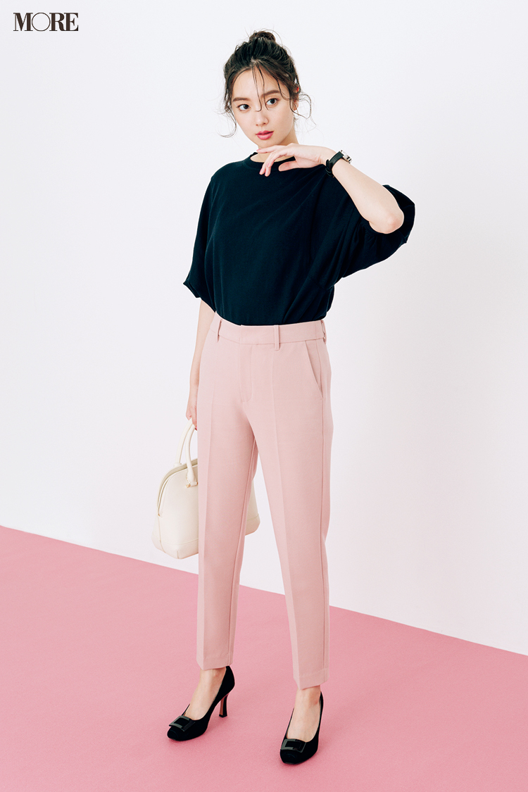 【今日のコーデ】ピンクのパンツを黒のニットとパンプスで引き締めた新川優愛