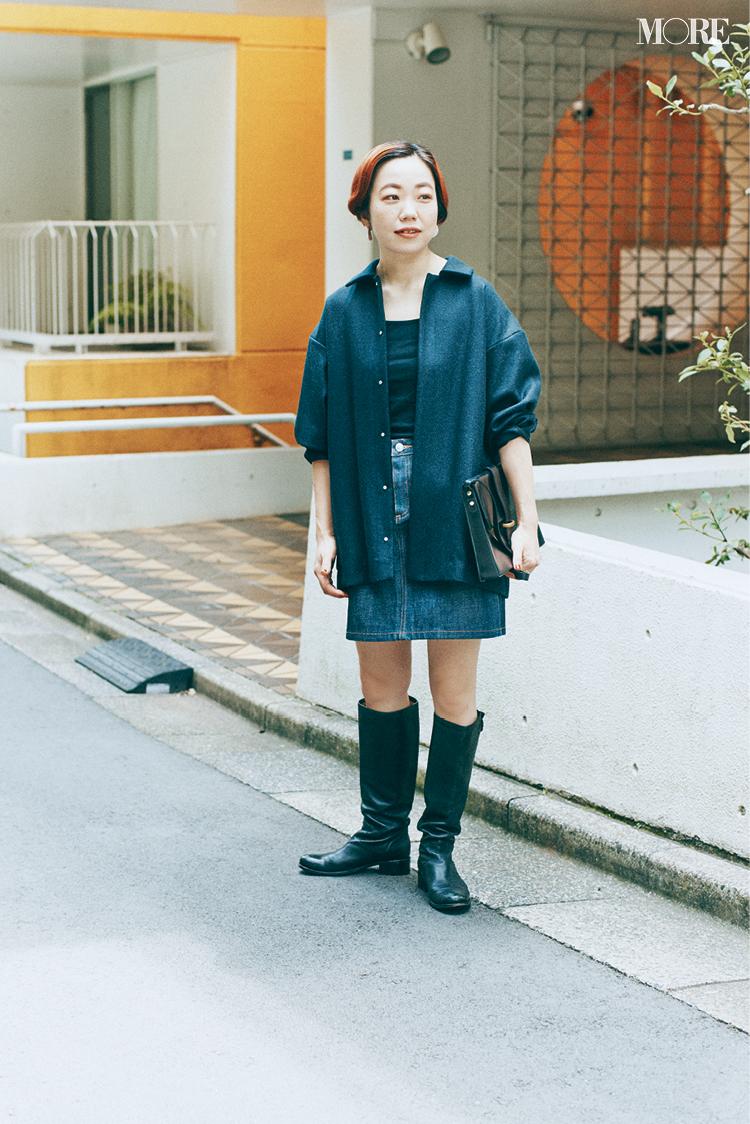 デニムミニスカートにロングブーツを合わせた高野麻子さん