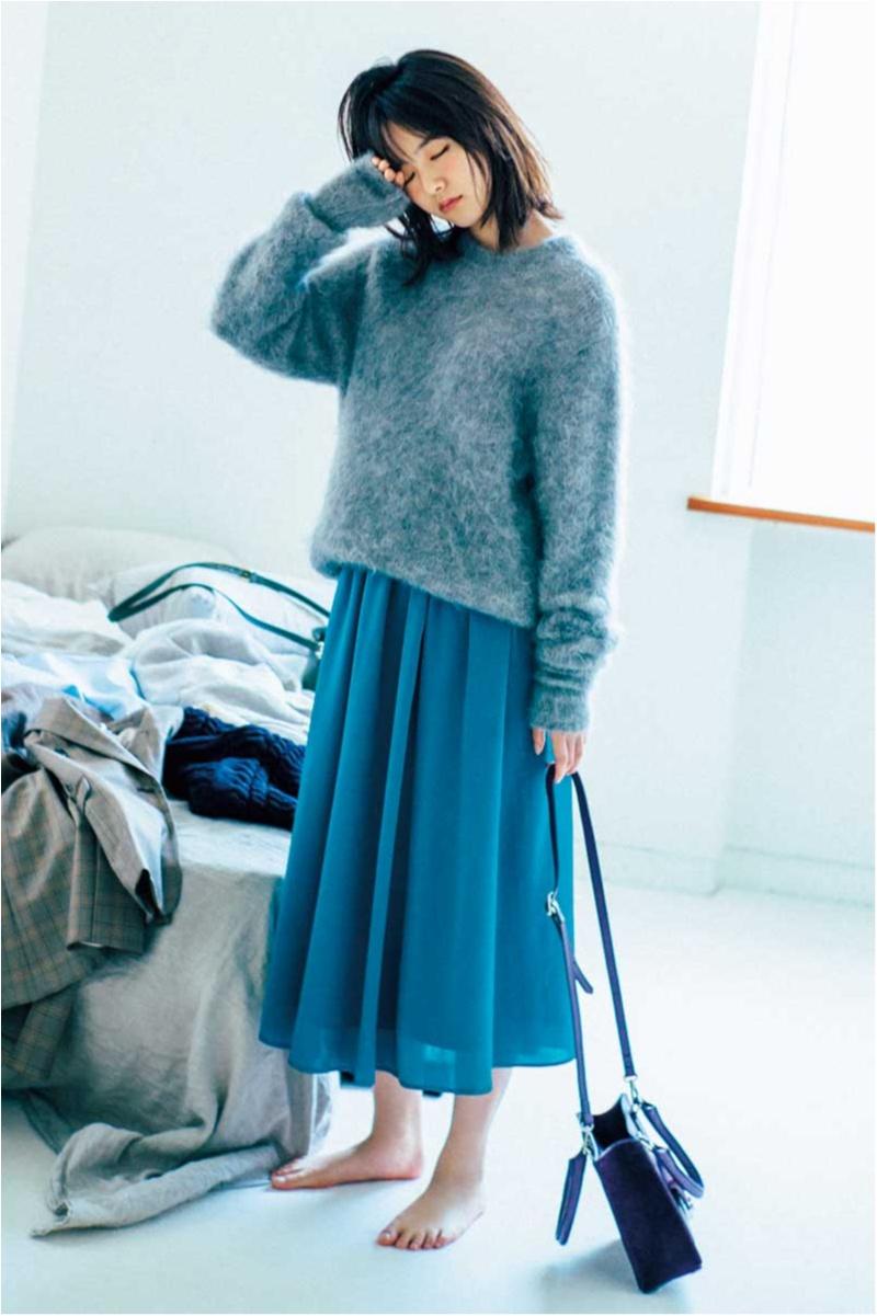 ブルーのフレアスカートをグレイのニットと