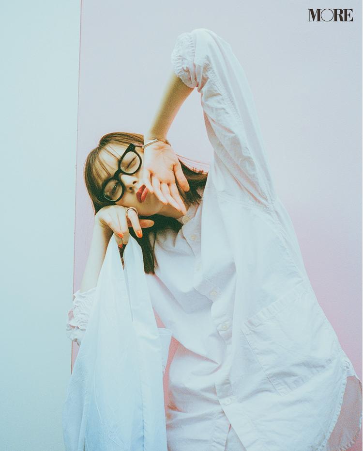シャツを着て黒縁メガネをかけた佐藤栞里