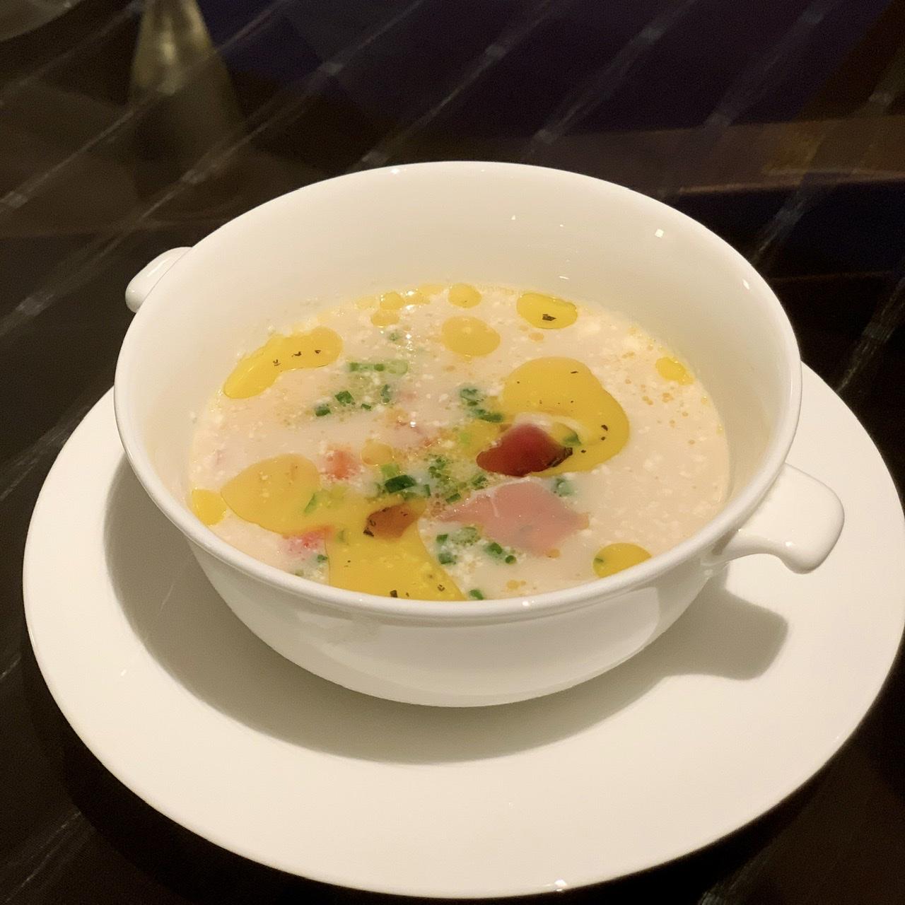ひよこ豆 レッドオニオンと パルマ産ハムのスープ ローズマリーの香り