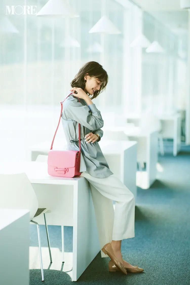 【夏の白パンツコーデ】シンプルコーデにすっとなじむベージュの靴とピンクのバッグで大人の女性に