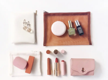 【バッグの中身01】デザイナー・アサノさんのお気に入りは、自身がデザインしたオリジナルネイルポリッシュ♡