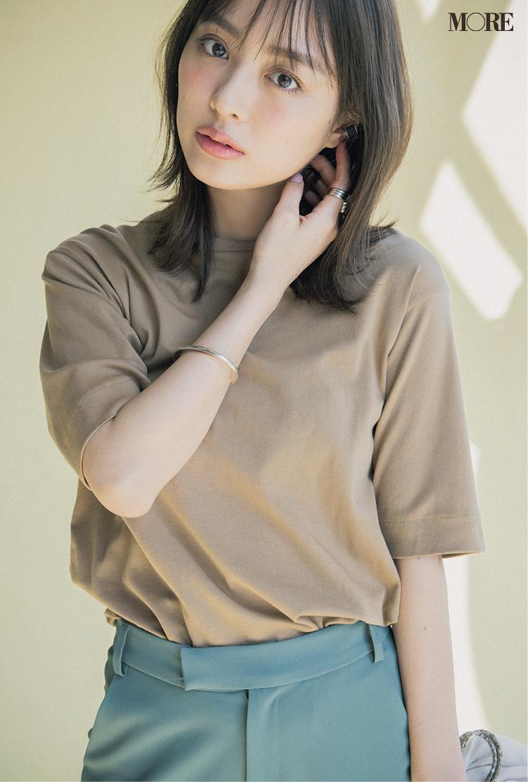 キャメル色の五分袖Tシャツを着た内田理央