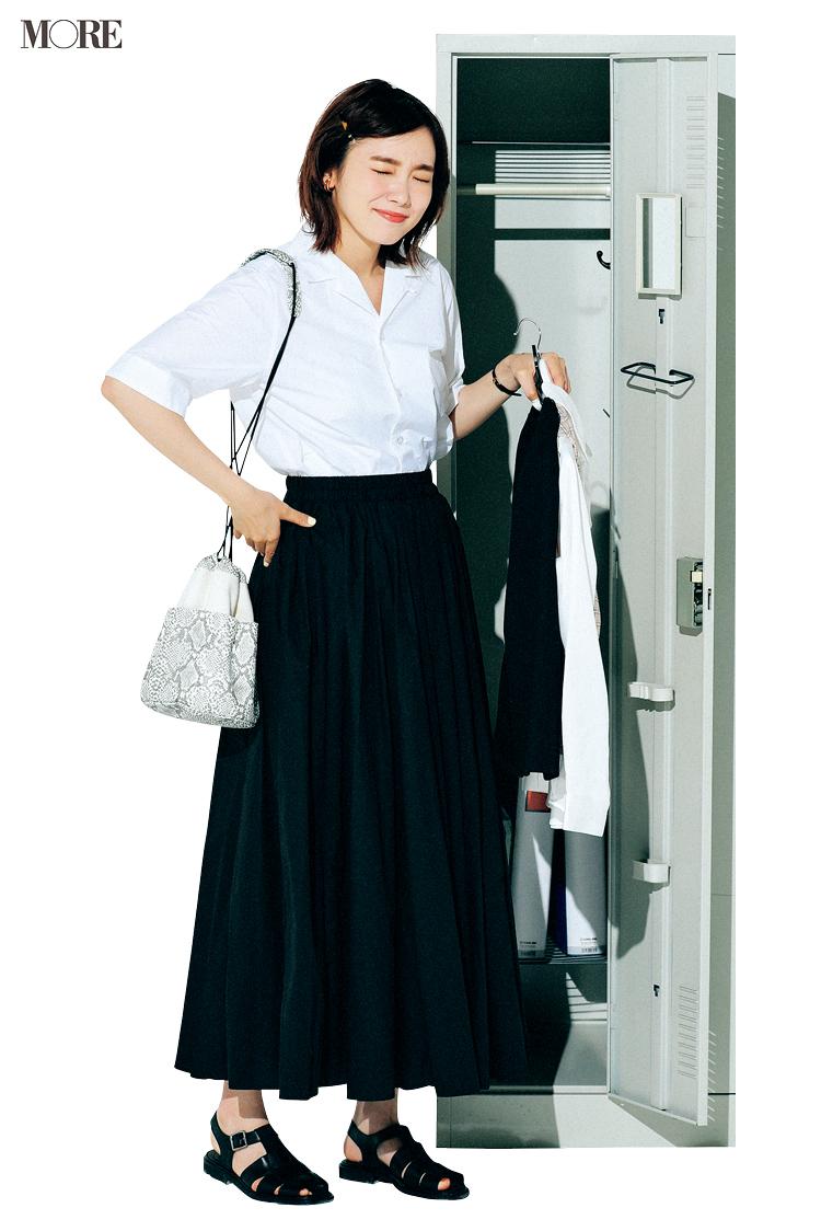 白開衿シャツ×黒スカートコーデの飯豊まりえ