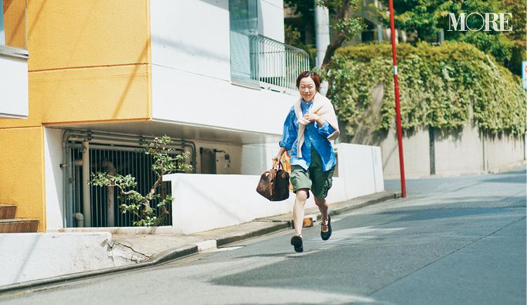 シャツとハーフパンツコーデのスタイリスト高野麻子さん