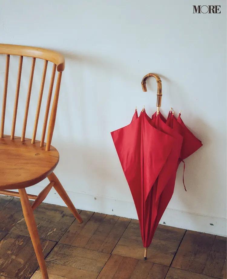 フレンチカジュアルな赤い傘