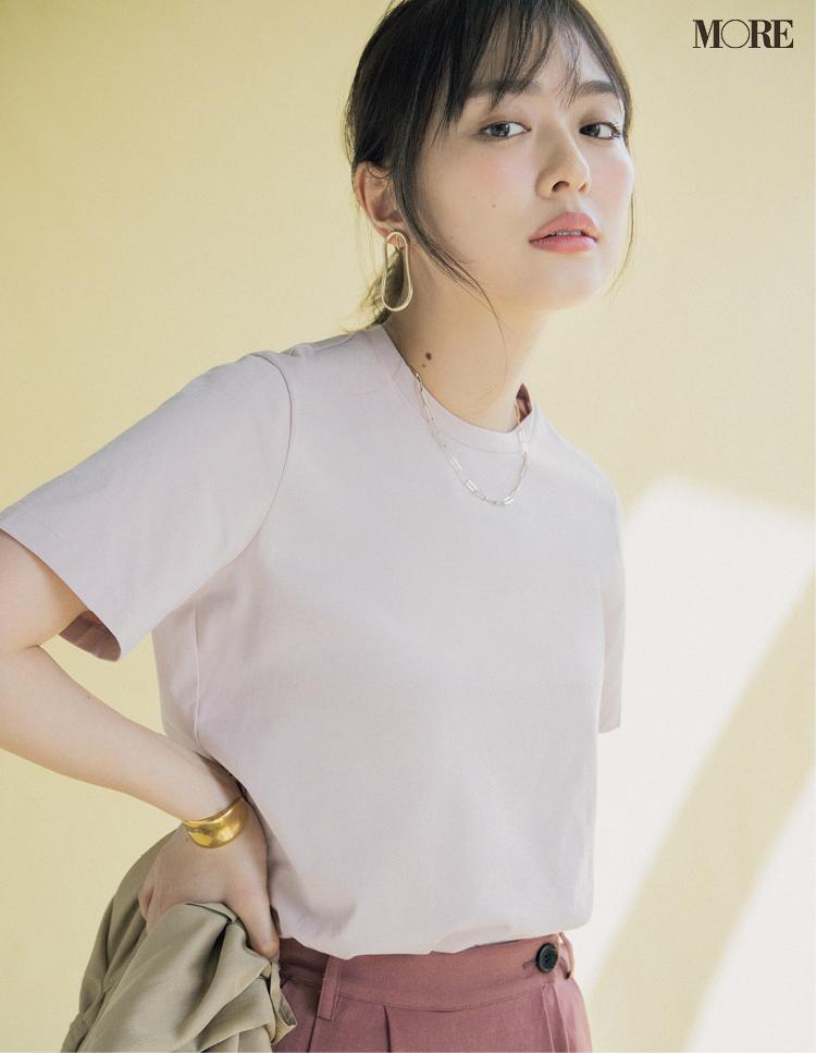 くすみピンクのTシャツを着た内田理央