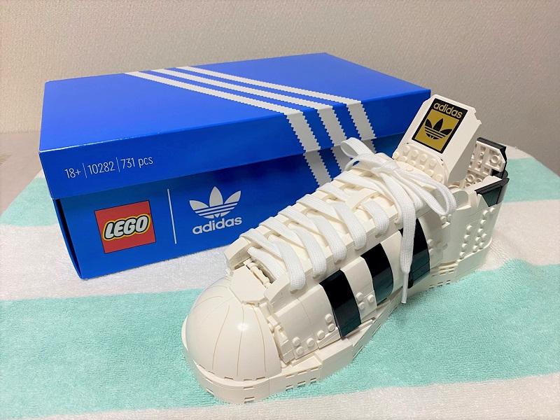 「レゴ アディダス オリジナルス スーパースター」を組み立てスペシャルボックスとともに撮影した写真