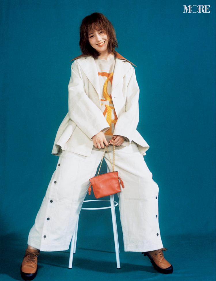 ロエベのコートとパンツを着てフラメンコクラッチを持った本田翼