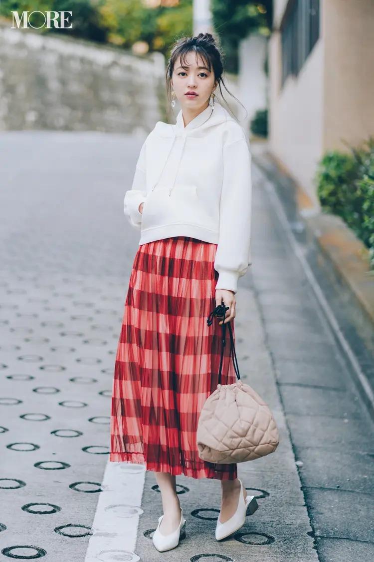 【パーカーコーデ】スポーティな白パーカー×チェック柄スカートの愛されミックスコーデ
