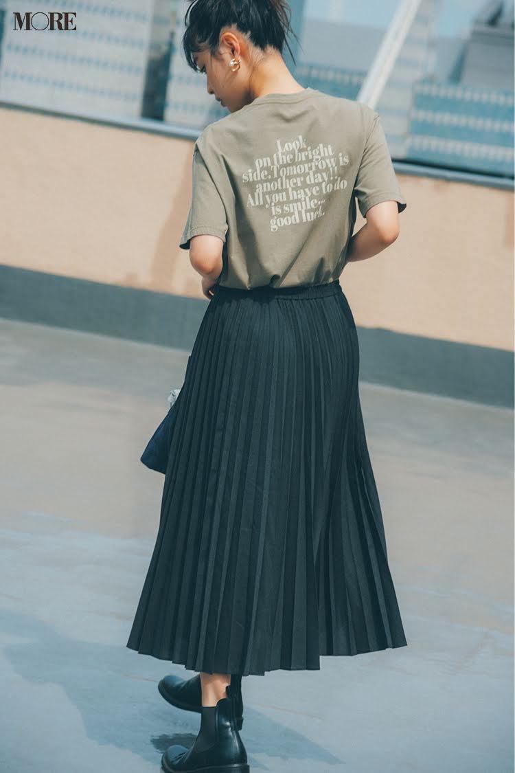 カーキのTシャツとプリーツスカートコーデの松本愛