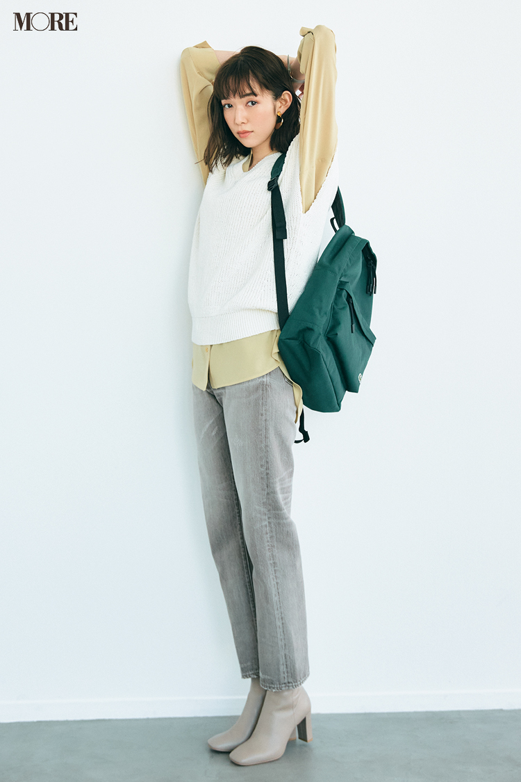 【今日のコーデ】ライトグレーのデニムにニットベストを着た佐藤栞里