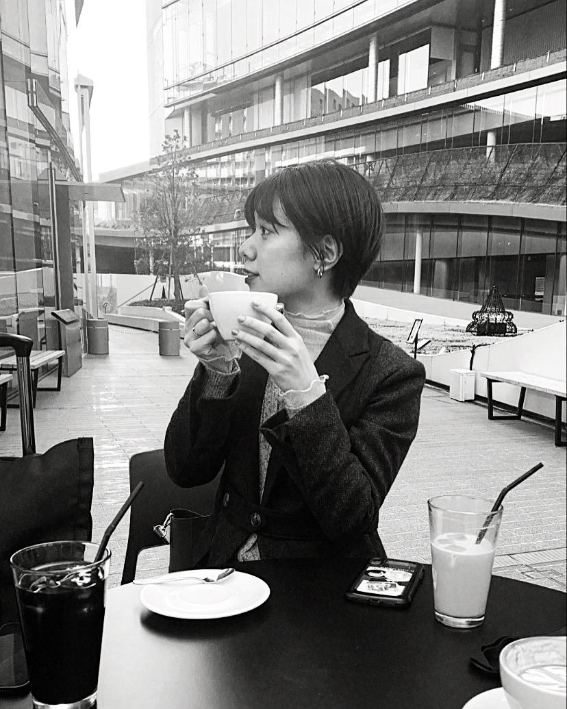 コーヒーカップを持っている女性