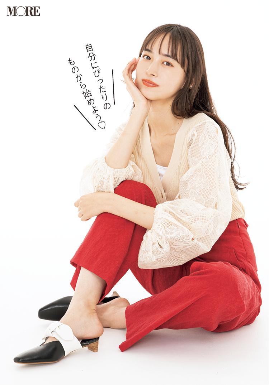 モデル・井桁弘恵が座ってポーズをとっている様子