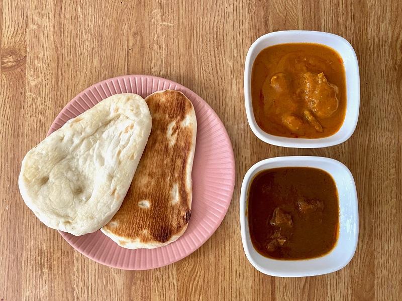 おすすめコンビニご飯【セブン₋イレブン】の「ミニナン」をお皿に並べ、隣に2種類のカレーを並べた様子