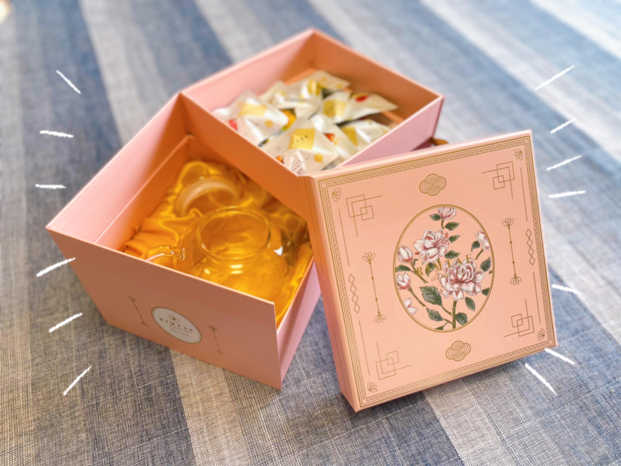 工芸茶の茶葉やガラスティーポットがセットに入っている箱