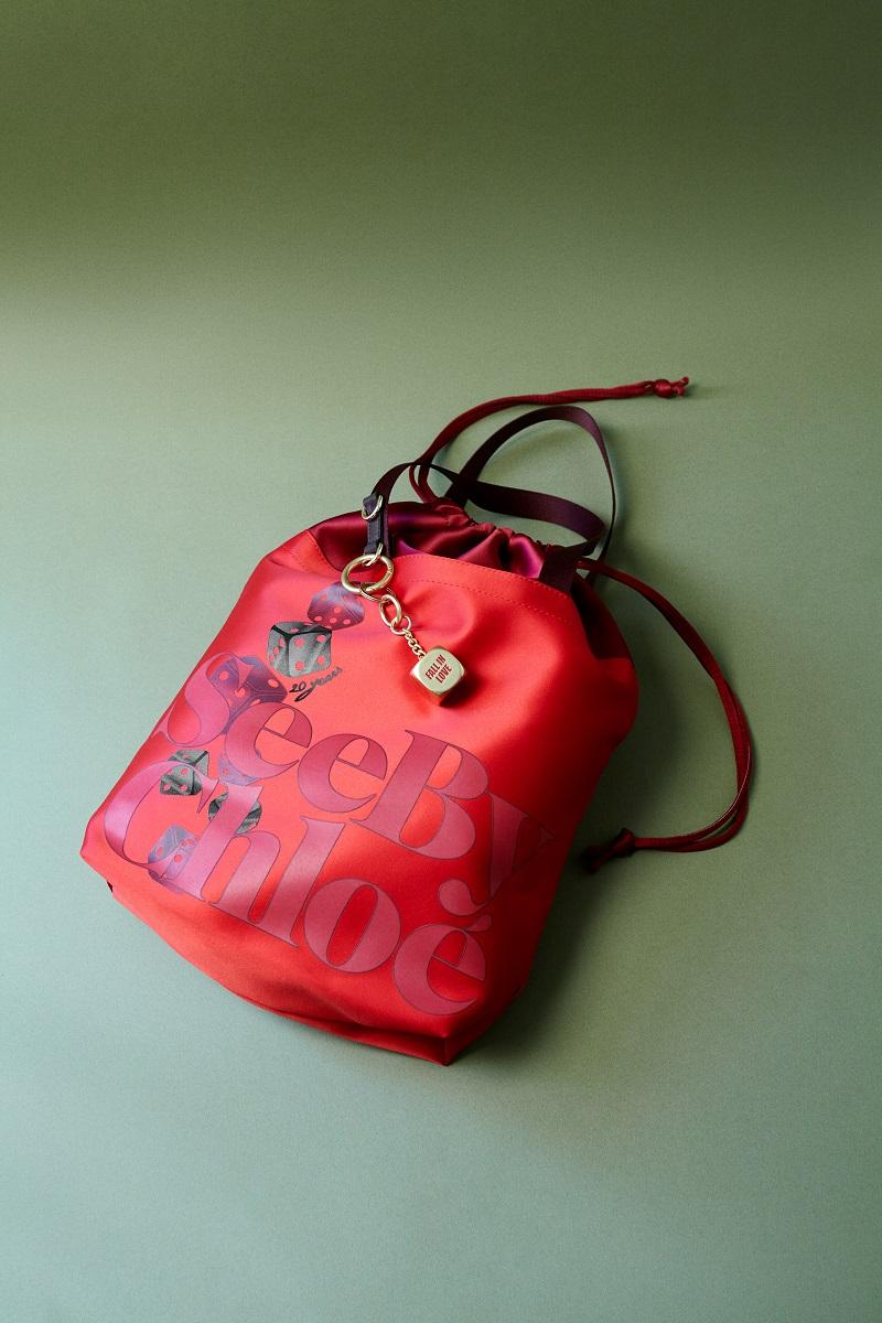シーバイクロエ20周年記念コレクション。ダイス柄の赤いバッグ
