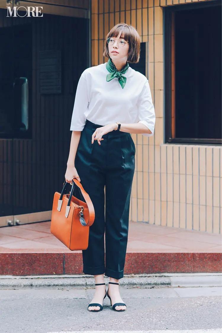 【白Tシャツコーデ】ちょこんと結んだスカーフやかっちりバッグでおしゃれなメリハリを