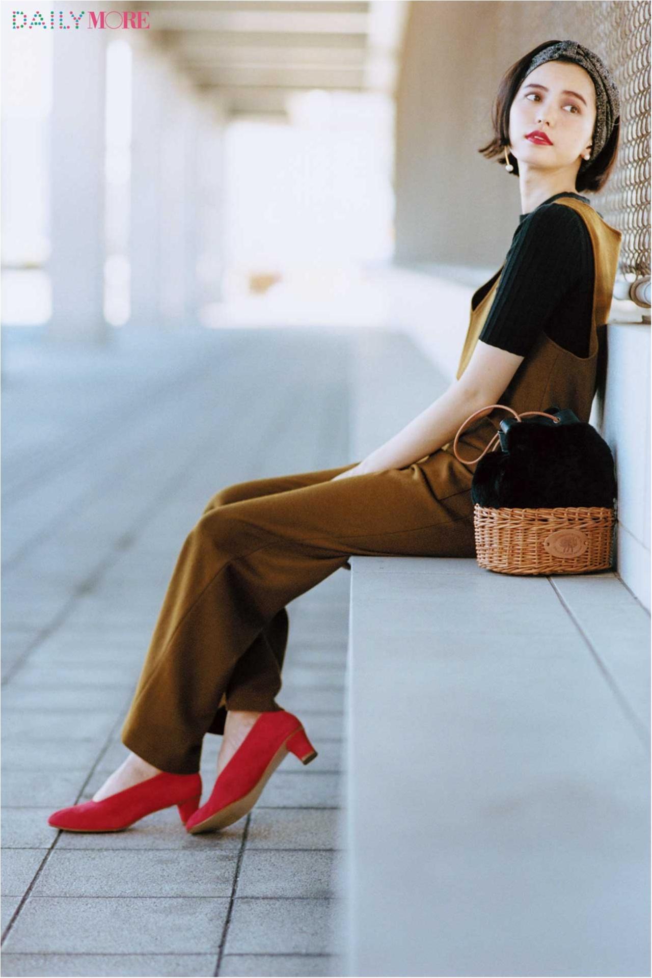 【今日のコーデ/比留川游】赤い靴を引き立てる黒×ブラウンの着こなしで、秋のフレンチシックを進化させて。_1