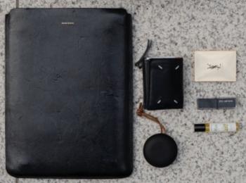 【バッグの中身11】会社員/YouTuber・ながたさきさんは、『メゾンマルジェラ』のミニ財布を愛用中♡ PCケースは『Hender Scheme』