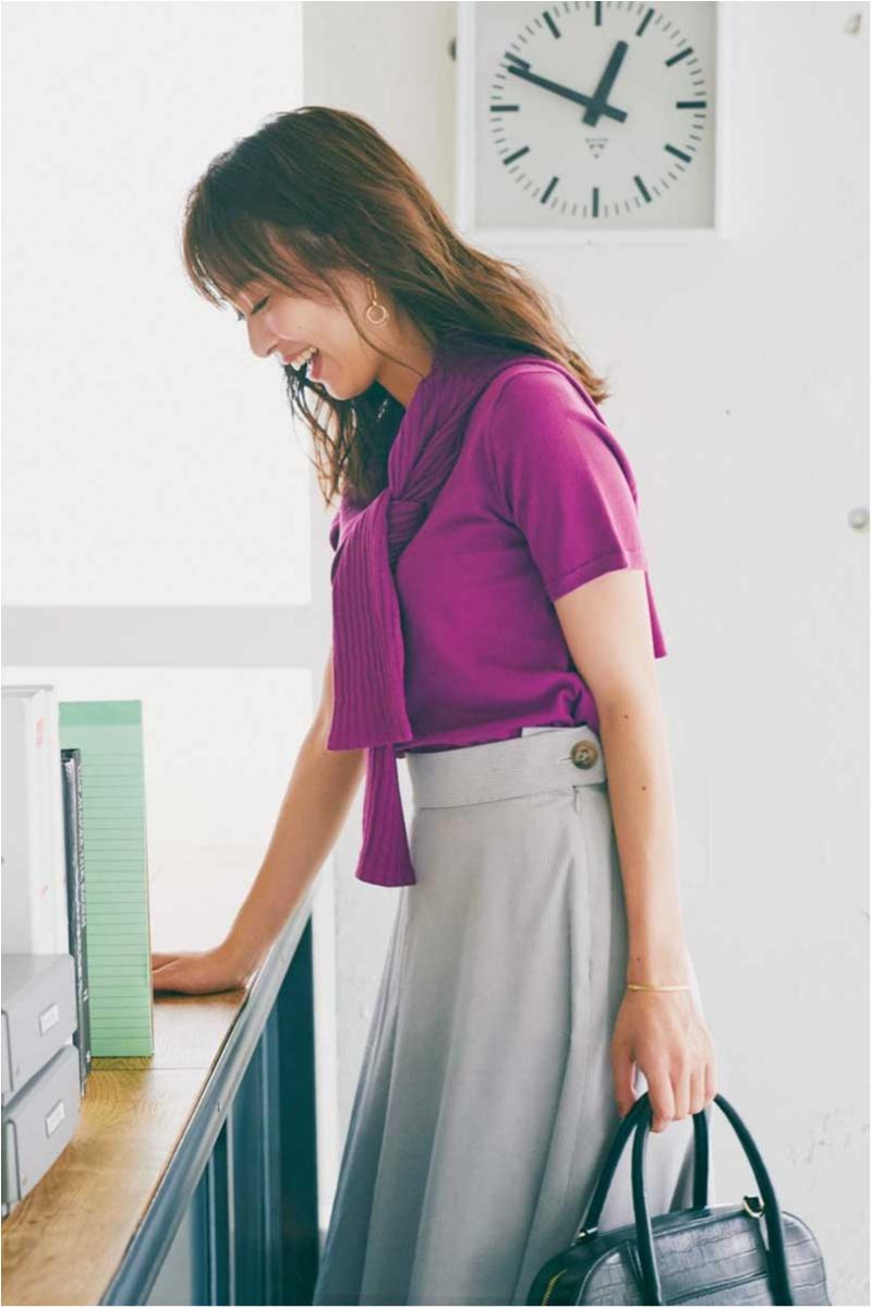 内田理央はパープルのカーディガンをグレイのスカートと