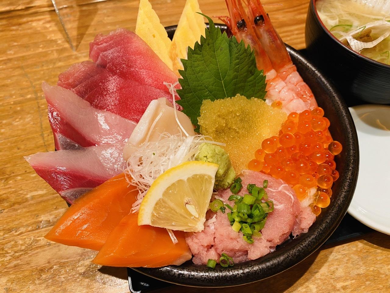 【新千歳空港グルメ】本場の海鮮丼を食べるならココ!鮮魚店直営《どんぶり茶屋》★_7
