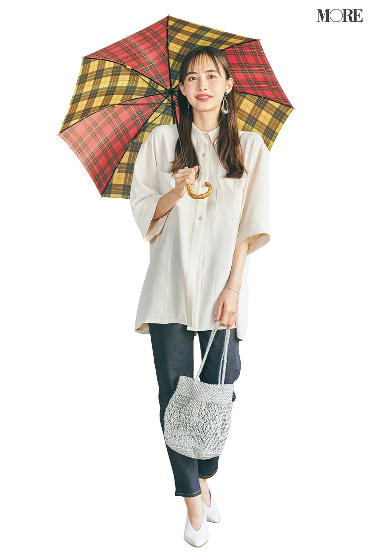 白シャツ×デニムコーデで傘をさした井桁弘恵