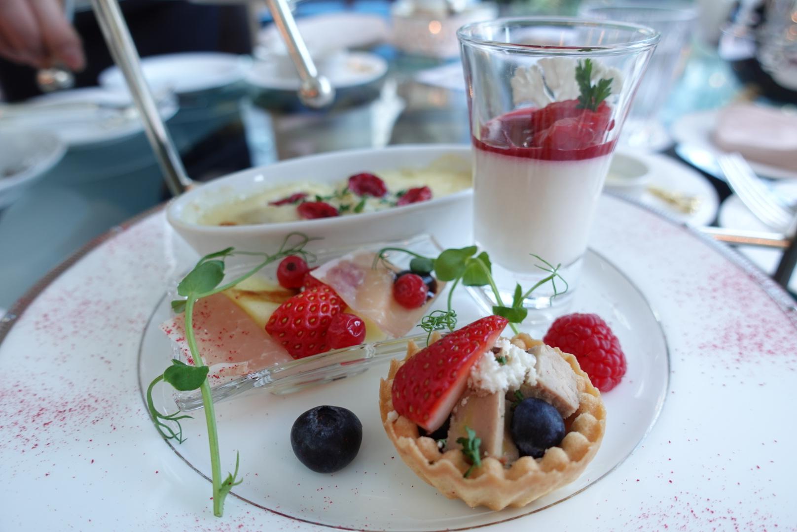 【大阪】ウェスティンホテル大阪の「Berry Berry アフタヌーンティー」でいちごを堪能!お庭に鯉も泳いでいて癒やされた_4