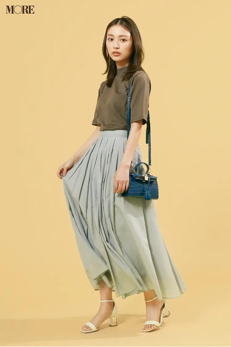 【2021夏オフィスカジュアル】グレージュのプリーツスカート×ブラウンTシャツ×ストラップサンダルのコーデ
