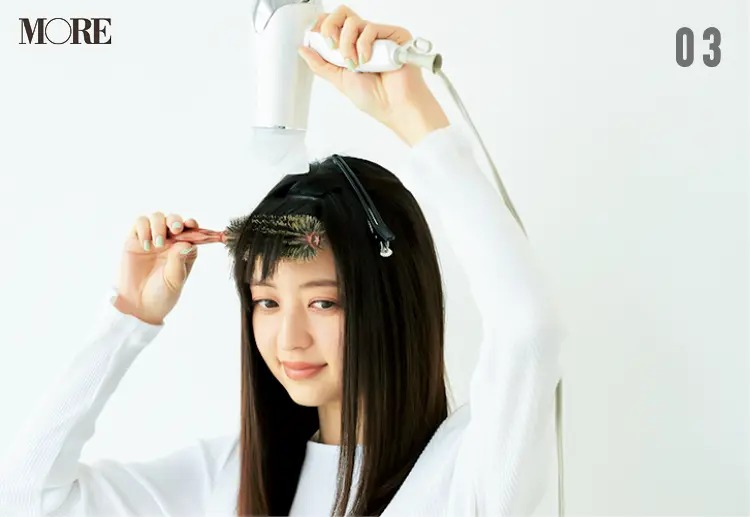 前髪のくせを直す方法【3】前髪を下方にとかしながらドライ