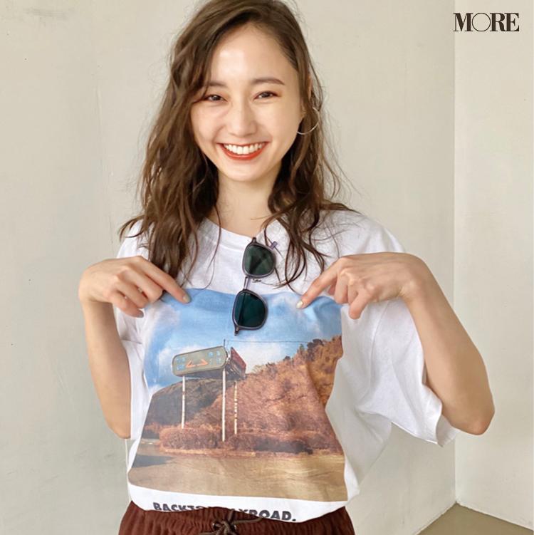 鈴木友菜がTシャツを見て爆笑! その理由は? 【モデルのオフショット】_1