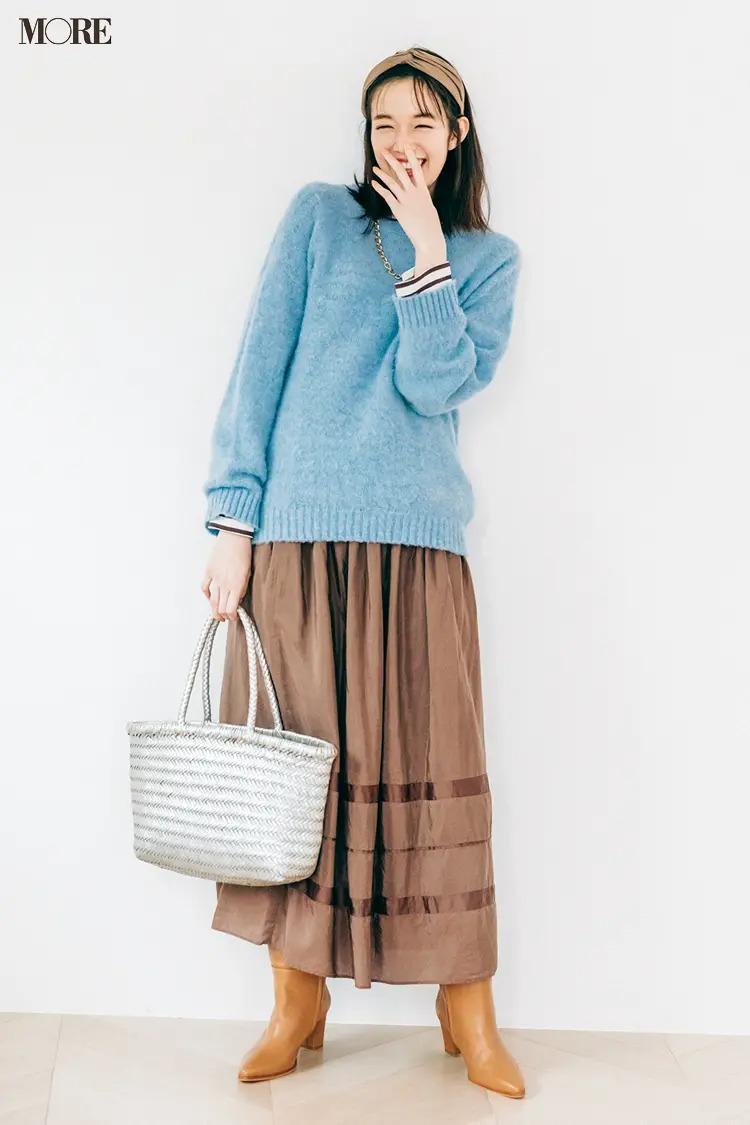 スカートとロングブーツのコーデ【3】ブルーとベージュのおしゃれ配色にロングブーツを